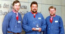 Schriftführer Rolf Homann, Vorsitzender Günter Lühning und Kassenwart Carsten Büchtmann (v.l.n.r.) freuten sich im Oktober 1999 in Bonn über den Deutschen Solarpreis